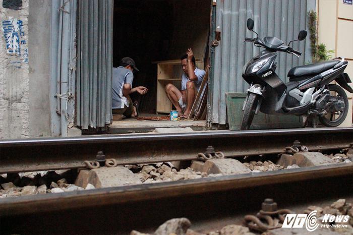 Đường tàu ngay sát cạnh nhà dân, lối đi lại chỉ hẹp vừa đủ để chiếc xe máy.