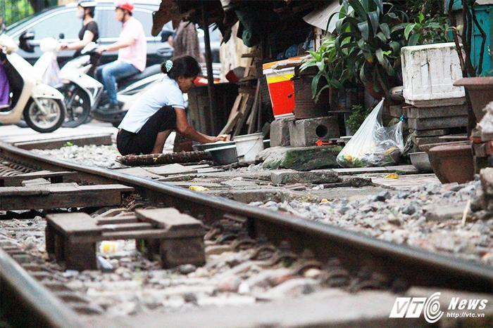 Mọi sinh hoạt của người dân được thực hiện ngay sát mép đường tàu.