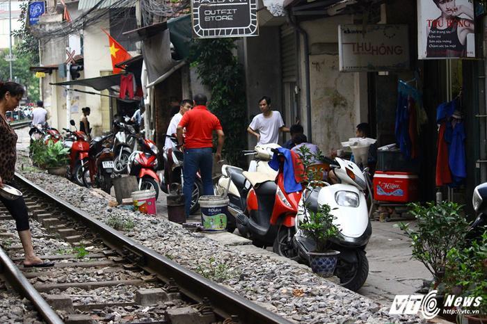 Lối đi lại chật chội tại xóm đường tàu.
