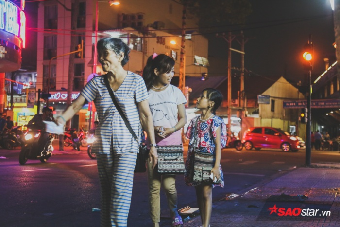 Ban ngày có khi ba bà cháu chia mỗi người mỗi hướng đi bán, nhưng ban đêm, bà không yên tâm phải đi cùng để trông chừng hai đứa cháu.