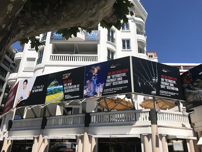 3 tấm pano quảng bá điện ảnh và du lịch TP HCM được dựng bên ngoài khách sạn Majestic Barriere.