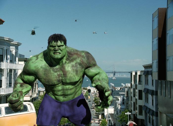 """10. Hulk (2003): Người khổng lồ xanh của đạo diễn Lý An bị coi là """"thảm họa"""" khi có phần nội dung nhạt nhẽo và các pha hành động kém đặc sắc. Trong phim, nhân vật Bruce Banner (do Eric Bana thủ vai) bắt khán giả phải chờ đợi quá lâu trước khi hóa thân thành người khổng lồ xanh. Ảnh: Universal Pictures."""