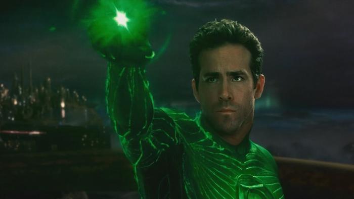 5. The Green Lantern (2011): Tài tử Ryan Reynolds đổ lỗi cho phần kịch bản nhàm chán với những câu thoại sáo rỗng đã khiến bom tấn của nhà DC thất bại. Giới phê bình nhận định kỹ xảo giả tạo như hoạt hình và tạo hình nhân vật xấu xí mới là nguyên nhân khiến bộ phim sụp đổ. Ảnh: Warner Bros.