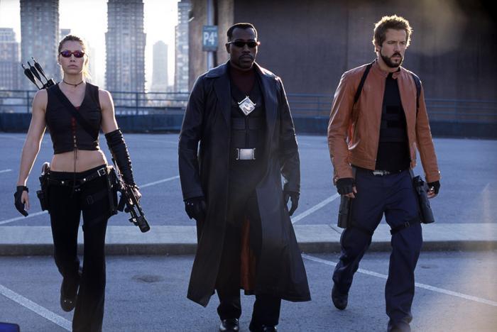 """9. Blade: Trinity (2004): Loạt phim về thợ săn ma cà rồng Blade được đánh giá là đã có công thúc đẩy dòng phim siêu anh hùng. Tuy nhiên phần ba Blade: Trinity bị chê là kém đặc sắc, thua xa hai phần đầu. Sau đó, loạt phim này ngậm ngùi """"đóng cửa"""", nhường chỗ cho những thương hiệu siêu anh hùng mới. Ảnh: New Line Cinema."""