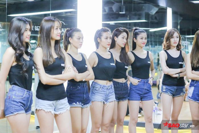 Ngoài luyên tập hình thể, ứng xử, các cô gái còn đặc biệt chuyên tâm đến kỹ năng catwalk.