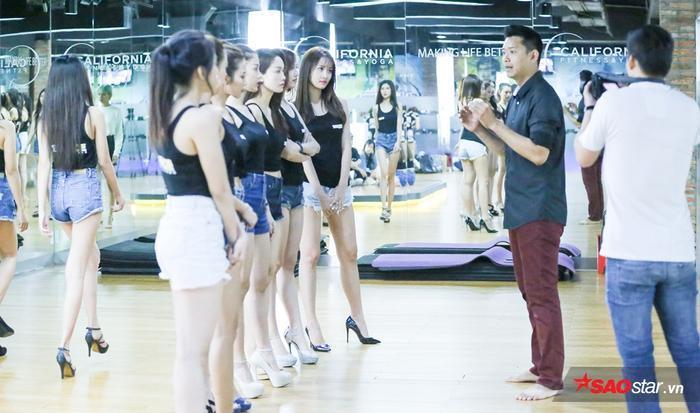 Các cô gái chú tâm lắng nghe đàn anh hướng dẫn.