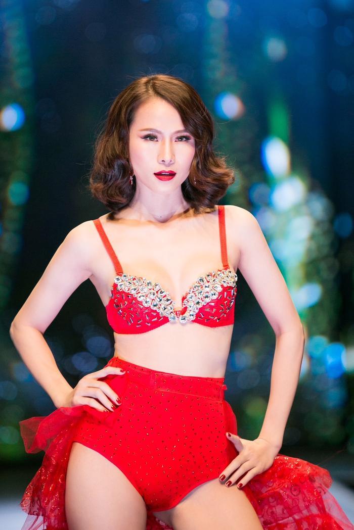 Ở góc độ này, người mẫu Thái Hà rất đẹp trong bộ cánh lấp lánh kim sa.