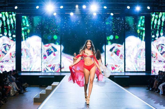 Nhìn chung, Đêm Hội Chân Dài trong đất Việt tổ chức quy mô và chỉn chu chẳng kém cạnh Victoria's Secret là bao…