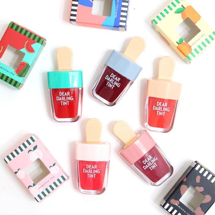 Với chủ đề là sắc đỏ sôi động của mùa hè 2017, Son tint que kem Etude House là công cụ tuyệt vời mang lại vẻ ngoài bừng sáng rực rỡ.