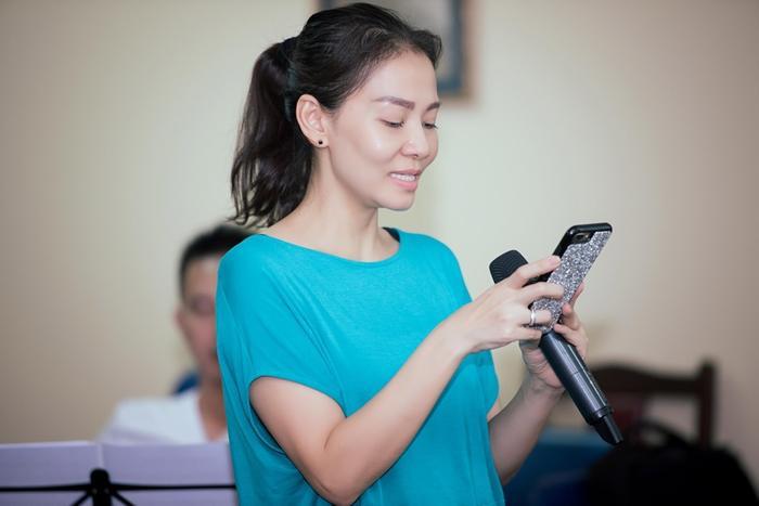 Chỉ còn hơn 24 giờ nữa Fire Phoenix diễn ra, một ê-kíp lên đến hàng trăm người từ Sài Gòn đã có mặt tại Hà Nội để ghép cùng nhau trước giờ khai màn liveshow hoành tráng bậc nhật thời điểm này của làng giải trí Việt.