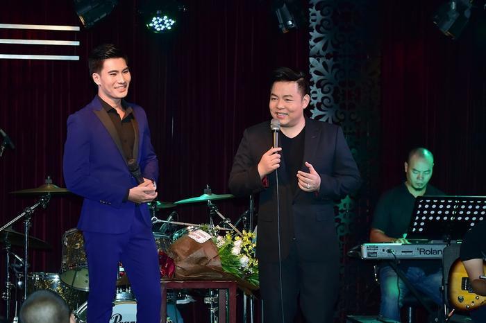 Điều đặc biệt trong minishow lần này, thay vì khoe giọng hát cùng các học trò, nam ca sĩ Quang Lê bất ngờ đảm nhận vai trò MC của chương trình.