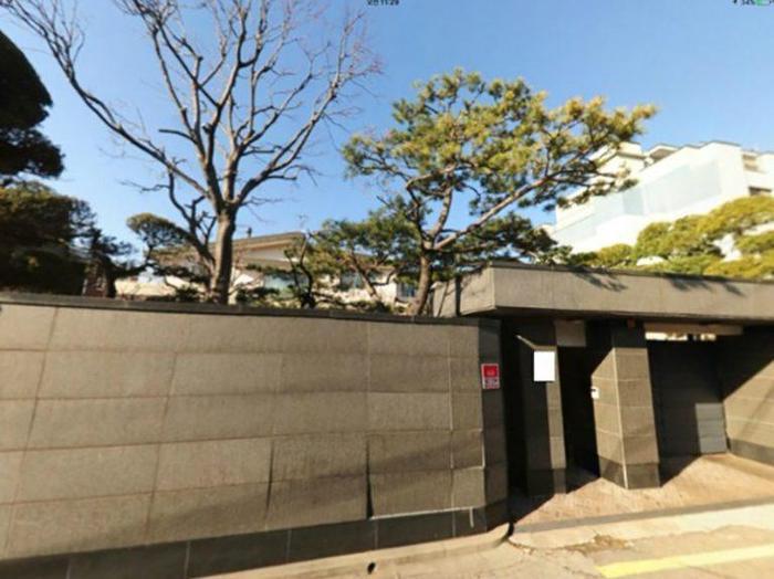 Theo đó, ngôi nhà có kết cấu gồmhai tầng lầu, một tầng hầm và nằm trong một khu vực cực kỳ giàu có của quận Itaewon.