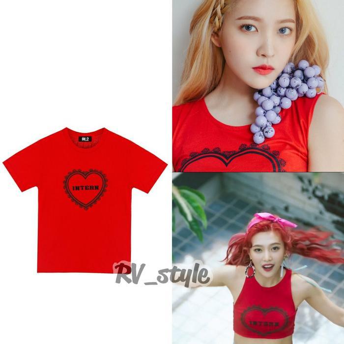 Chiếc áo màu đỏ nổi bật này thể hiện đúng tinh thần của tên nhóm được cả Yeri và Joy chọn mặc có giá đồng bộ ₩62,000 khoảng 1,3 triệu đồng.