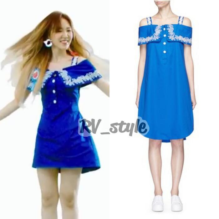 Chiếc váy màu xanh mát với quai trễ vai giá £279 (7 triệu) của Ceremony giúp cô dễ dàng nhún nhảy trong những vũ đạo của MV.