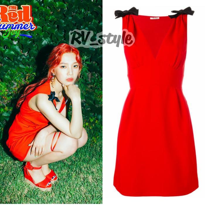 Dường như 5 cô nàng của Red Velvet đều thay phiên nhau khoác lên người những món đồ thời trang có gam đỏ. Tương tự, Joy chọn chiếc váy đỏ chít eo của Miu Miu với giá £988 (24 triệu đồng).