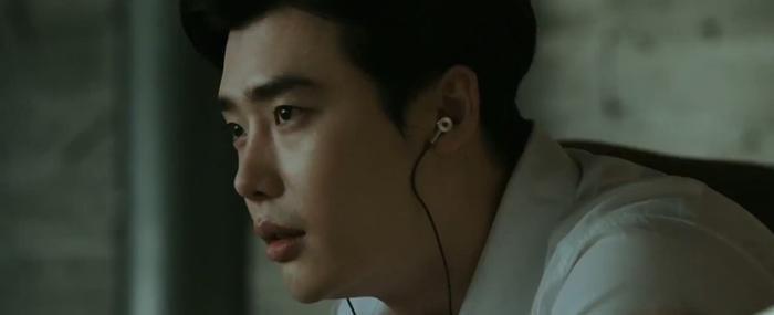 Những hình ảnh của Lee Jong Suk trong trailer.
