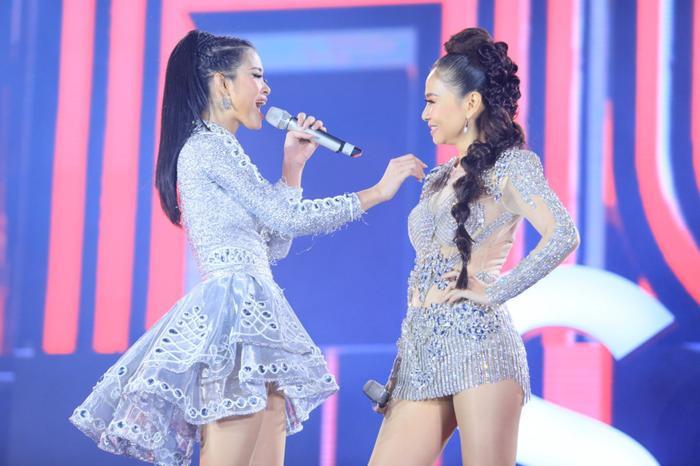 2 nữ HLV Giọng hát Việt 2017 đã khiến cho hàng chục ngàn khán giả thủ đô bấn loạn bởi một tiết mục quá tuyệt vời.