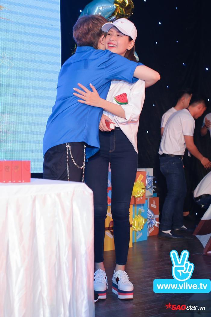 Gil Lê ôm chặt Chi Pu trên sân khấu như lời cảm ơn dành cho người bạn thân thiết đã đến dự sinh nhật của mình.