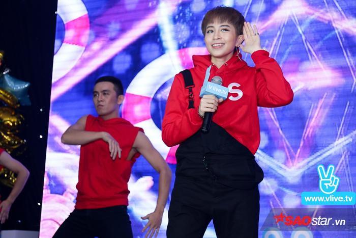 Diện bộ trang phục đỏ vô cùng nổi bật và cá tính, sự xuất hiện của Gil Lê đã khiến không khí buổi off line thêm phần hứng khởi.