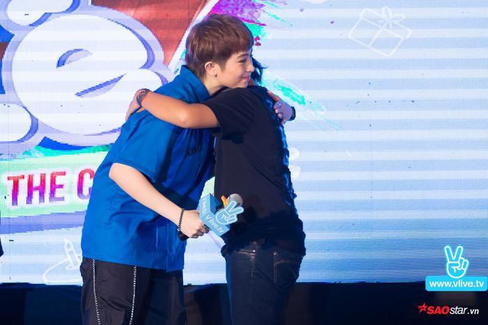 Một fan nữ được Gil Lê dành tặng món quà đặc biệt đó là một cái ôm.