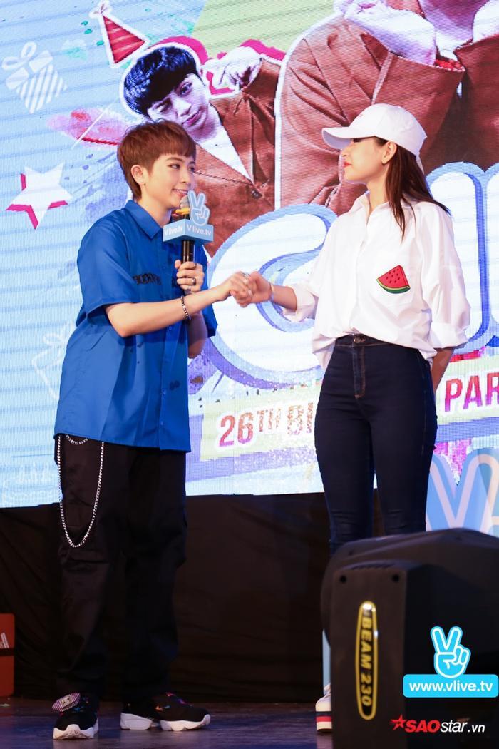 """Chi Pu bị """"bắt cóc"""" lên sân khấu và thực hiện một thử thách đến từ một bạn fan ở Hà Nội."""