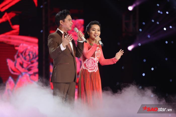 Hình ảnh thầy trò HLV Ngọc Sơn - Hồ Phương Liên trong đêm chung kết Thần tượng Bolero 2017.