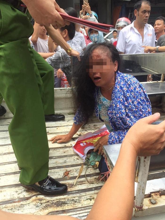 Mặc dù chưa rõ thực hư câu chuyện, nhưng người dân đã xông vào đánh hai người phụ nữ.