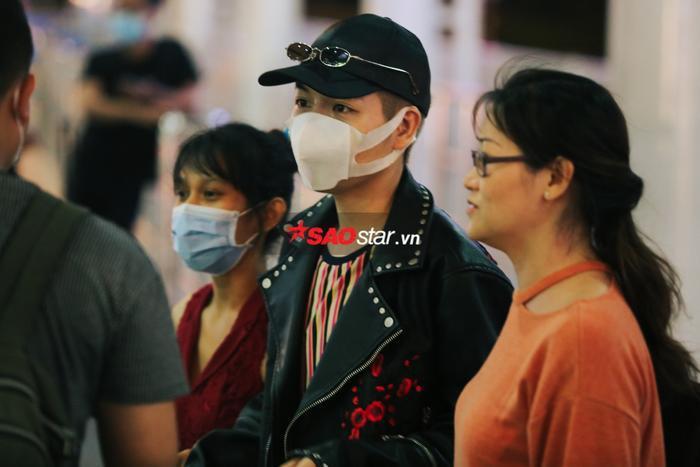 Trợ lý và người thân cũng có mặt tại sân bay để đón Đức Phúc.
