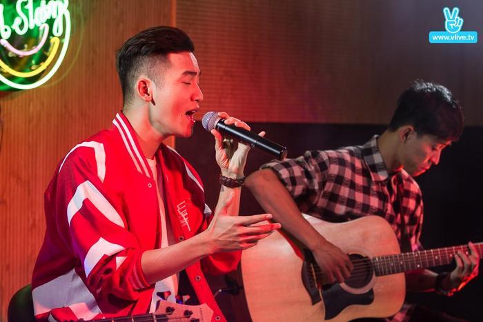 Nam ca sĩ bắt đầu chương trình bằng ca khúc Chuyện hôm qua đó - Single đầu tay được yêu thích từ The Voice.