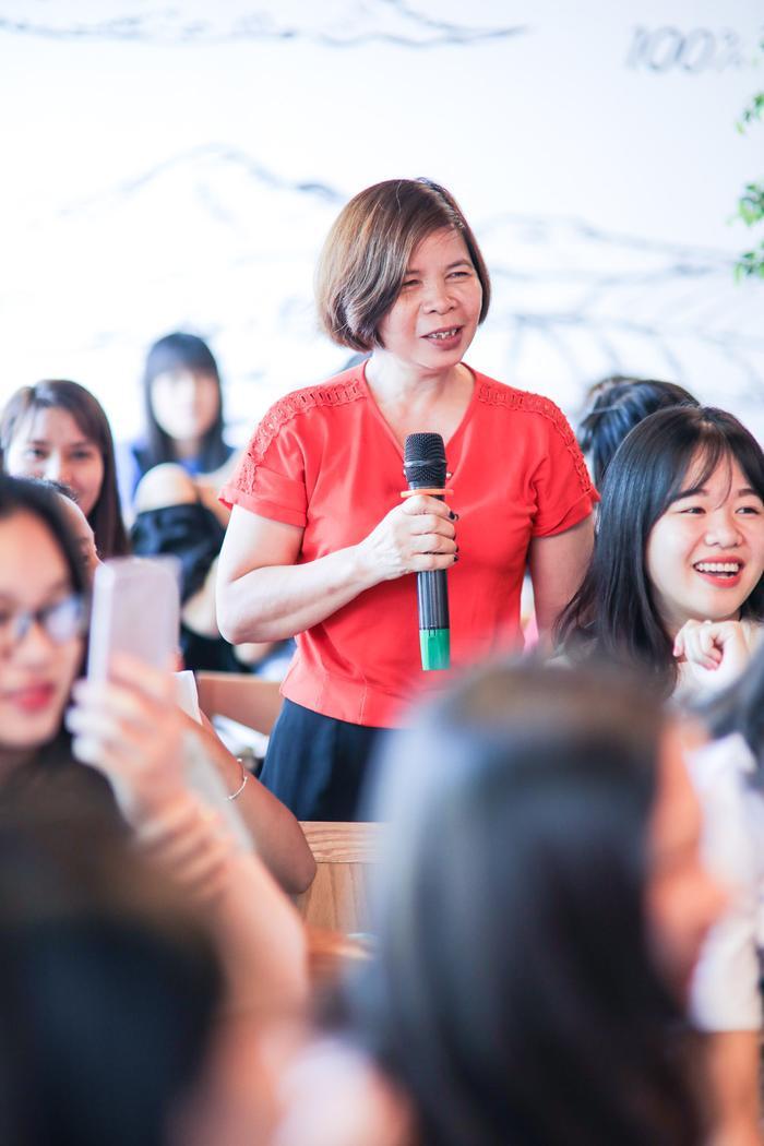 Ngoài các khán giả trẻ, còn có sự tham gia của phụ huynh.