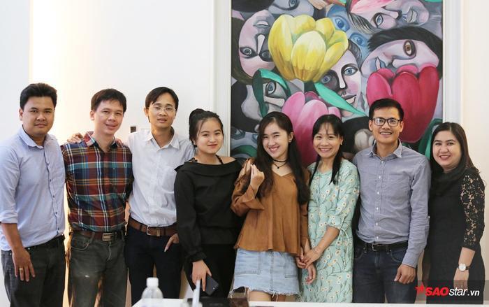 Ông Lưu Thanh Trà - đại diện Công ty TNHH Cát Tiên Sa (thứ 2 từ trái sang) và chị Trần Thúy An (GĐSX) chụp ảnh lưu niệm cùng với các bên đại diện.
