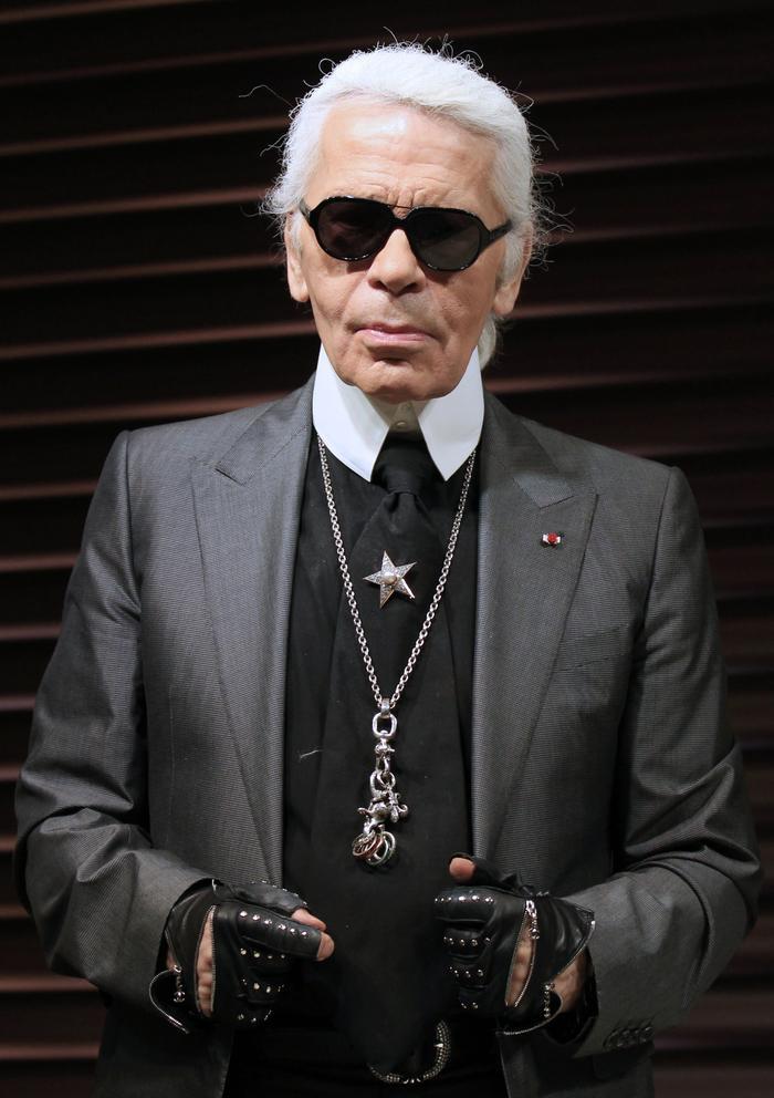 """Cũng là khách mối dòng trang sức """"dao và hoa"""",phù thủy thiết kế Karl Lagerfeld một lần đeo cả mớ, hết sức nhiệt tình. Nếu bạn chưa nhớ, đây là """"bảo bối"""" Karl Lagerfeld của nhà mốt bất bại Chanel."""