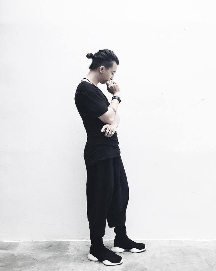 Đơn giản, đừng tham chi tiết đến mức mang vác, đó là chủ thể dark-wear! (Ảnh: Trung Kin)