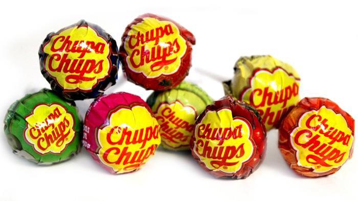 Những chiếc kẹo mút này được bán với giá 10 nghìn đồng/ chiếc khi giá trị thật chỉ 1k ở các cửa hàng tiện lợi.