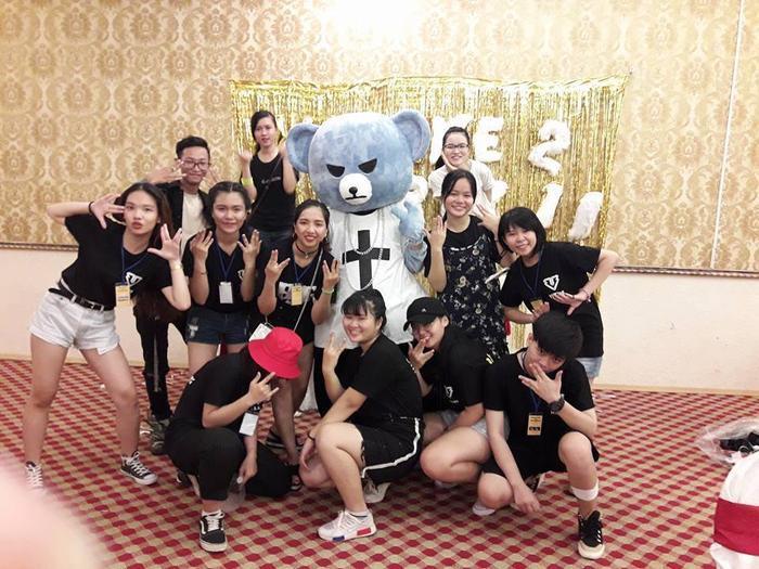 FanViệt thích thú chụp hình cùng Krunk – biểu tượng linh vật của YG lần đầu tiên xuất hiện tại Việt Nam.