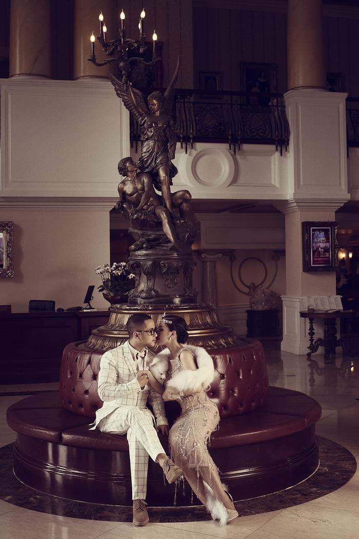 Những hình ảnh ngọt ngào cùng cử chỉ lãng mạn của cặp đôi dành cho nhau chính là điểm nhấn của bộ ảnh cổ điển này.