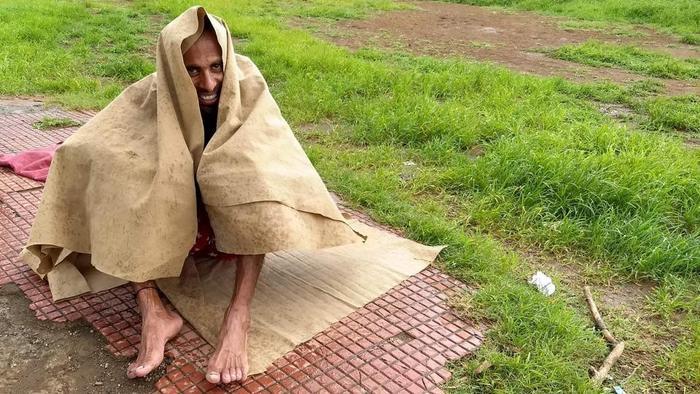 Samir trong một lần nghỉ ngời ở ven đường.