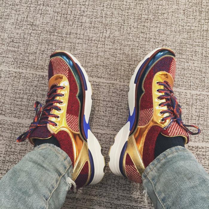 Sneaker đến từ thương hiệu Chanel sặc sỡ sắc màu.