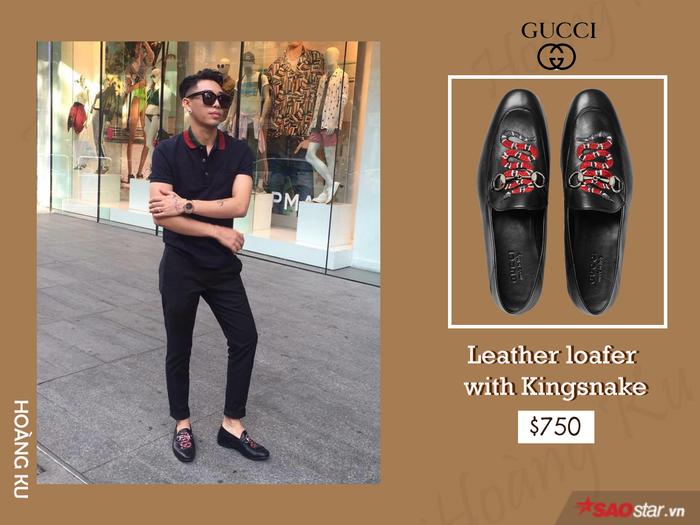 """Hoạ tiết rắn chạy dọc thân giày là điểm nhấn độc đáo và """"ăn tiền"""" khiến đôi loafer nhà Gucci có giá 17 triệu đồng. Ton-sur-ton nguyên cây đen nhưng chàng stylist vẫn ghi điểm tuyệt đối nhờ vào sắc đỏ ăn rơ từ cặp đôi cổ áo và biểu tượng Kingsnake."""