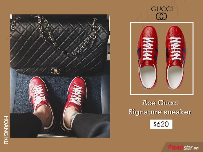Đối với nhà mốt Gucci, tất cả chất liệu và màu sắc đều là nguồn cảm hứng sáng tác vô tận. Và đến đôi sneaker mang tính biểu tượng này, ngoài việc sử dụng gam đỏ tươi làm tông nền chính thì line màu kinh điển - combo đỏ xanh lại giúp Hoàng Ku chiếm trọn spotlight.