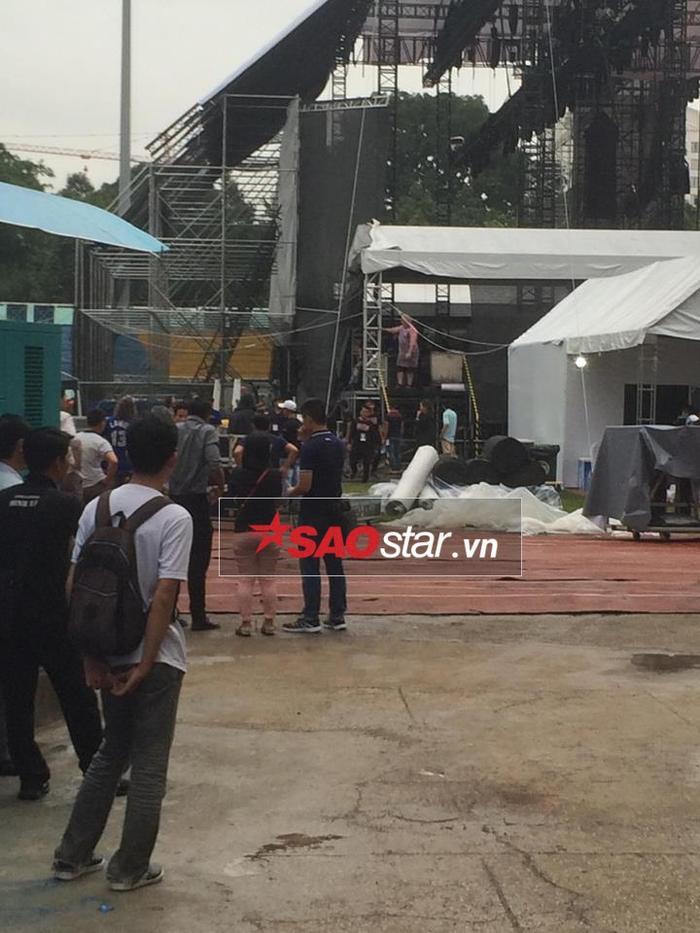 Phía sau sân khấu, các thiết bị bắt đầu được tháo ra.