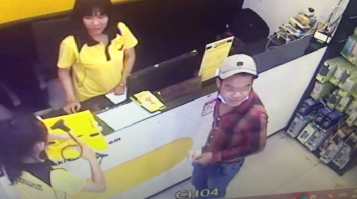 Vụ trộm xe diễn ra trót lọt nên cặp đôi nam nữ vẫn thản nhiên ở lại khu vực cửa hàng để mua đồ.