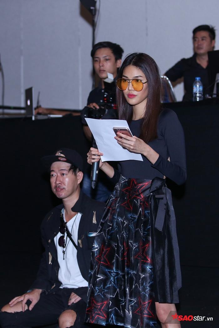 HLV The Face khá chú tâm và quan sát rất kỹ từng bước catwalk của các người mẫu.