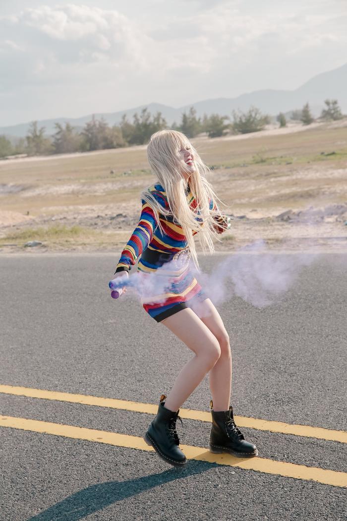 Thiết kế váy sọc ngang với rất nhiều tông màu của Balmain được cô nàng mix cùng belt Gucci – hot item của các tín đồ thời trang và đôi boot cực ngầu củaDoctor Martin