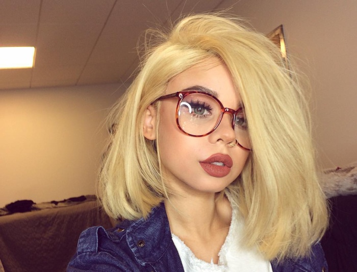 Hoá thân thành một cô nàng mọt sách với kính cận, @snitchery trông thật đẳng cấp với tóc vàng hoe.