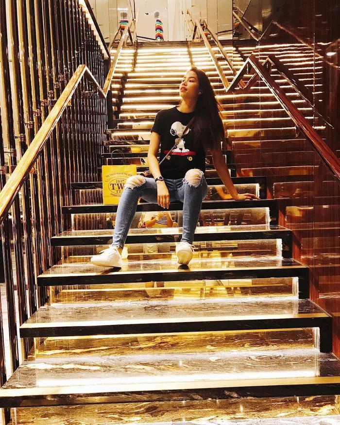 Phạm Hươngđời thường dung dị, giản đơn nên việc bắt gặp nàng với áo T-shirt, quần jeans rách gối hay thoải mái trong đôi sneaker trắng kinh điển là quá đỗi bình thường.