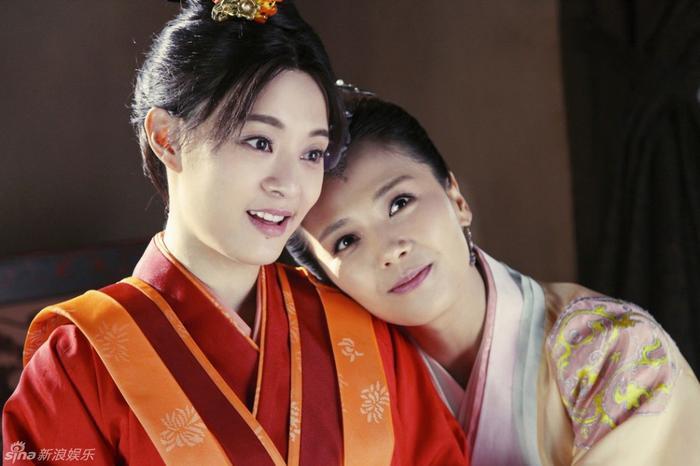 Tôn Lệ bên Lưu Đào trong một cảnh quay Mị Nguyệt truyện.
