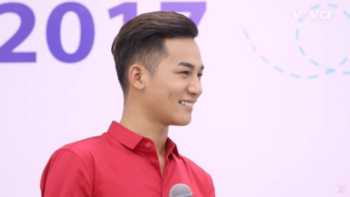 Ali Hoàng Dương điển trai xuất hiện trong buổi giao lưu cùng các bạn sinh viên.