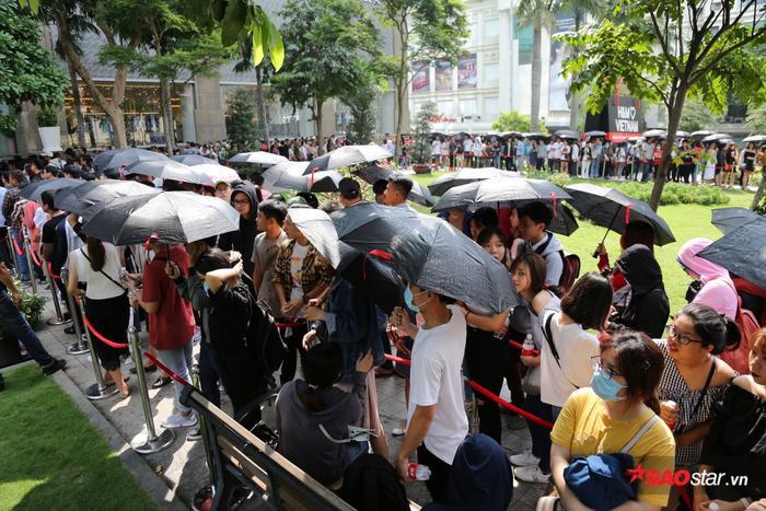 Sợ nắng à? H&M cung cấp ô dù đầy đủ, bạn đến chơi vui là được.