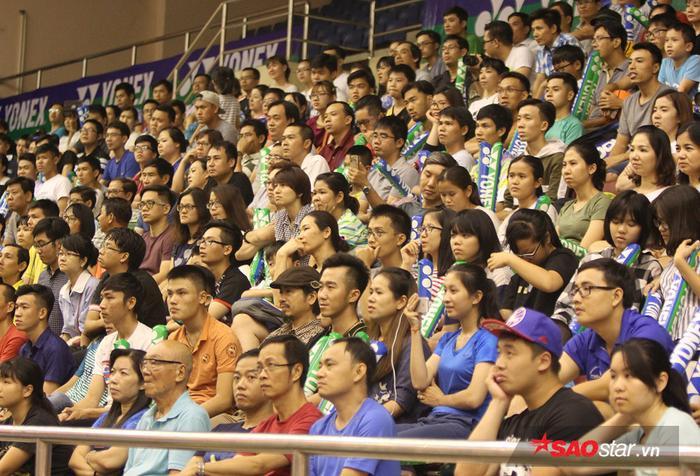 Đông đảo khán giả đến sân cổ vũ cho tay vợt chủ nhà.